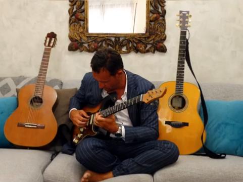 Manuel Brunetti suona una chitarra